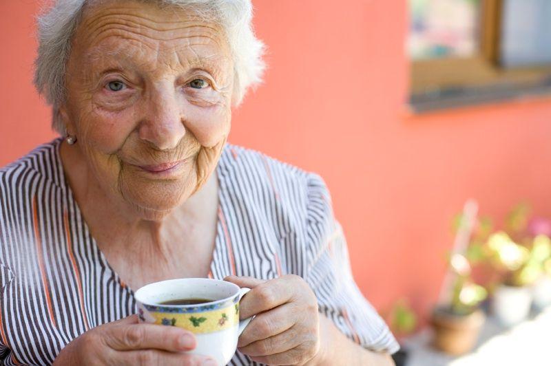 anciana con taza de cafe
