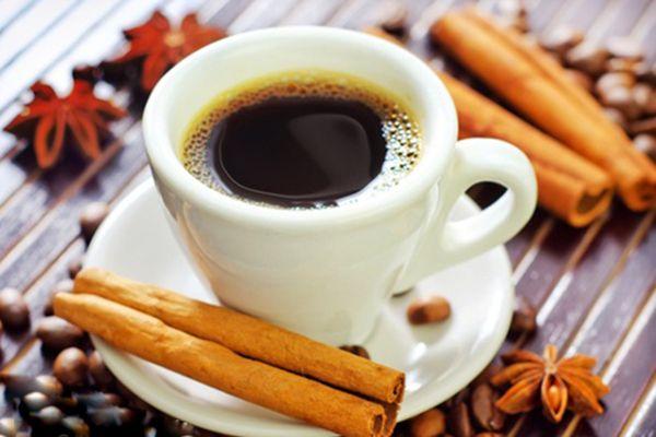 cafe con ramas de canela
