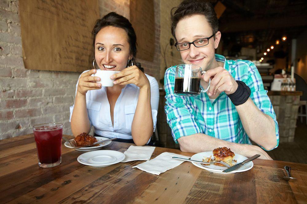 pareja bebiendo cafe