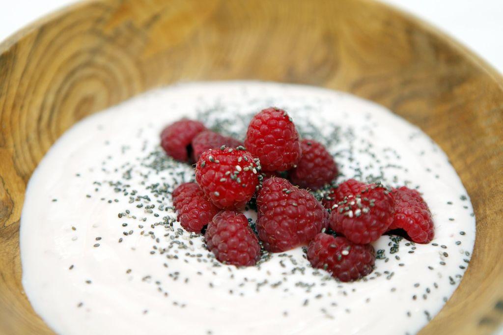 yogur chia y frambuesas