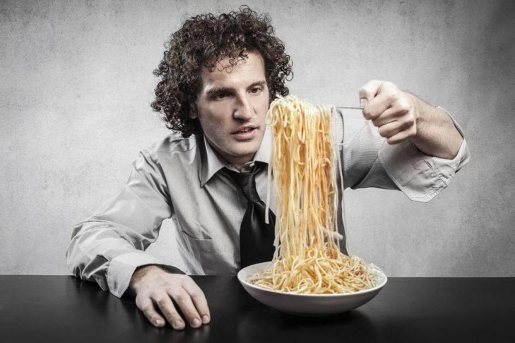 hombre comiendo fideos