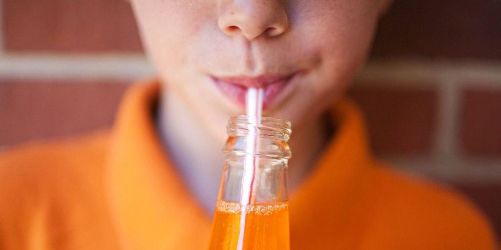 chico bebiendo