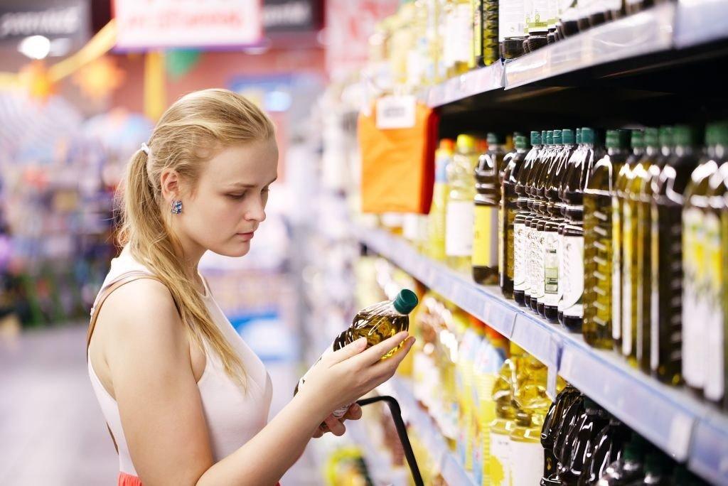 mujer aceite supermercado