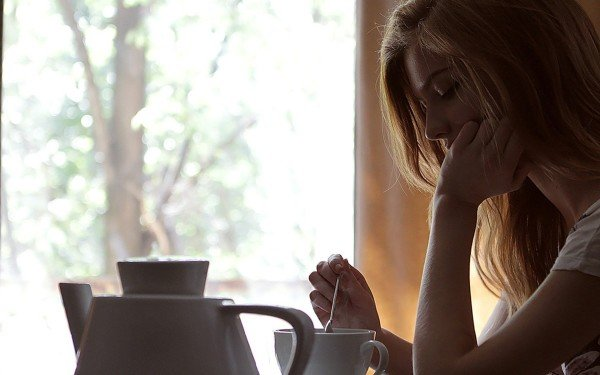 mujer-tomando-cafe