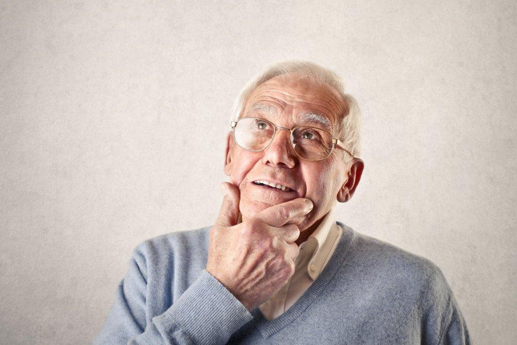 anciano-pensando