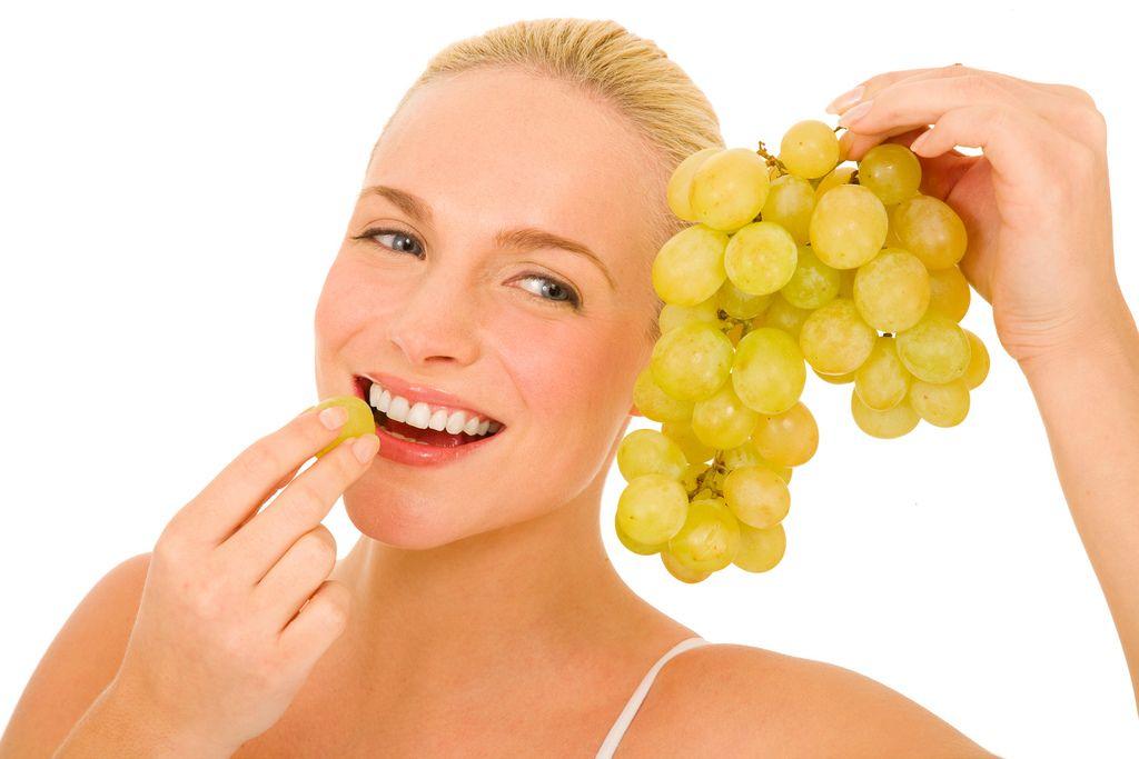 mujer-comiendo-uvas