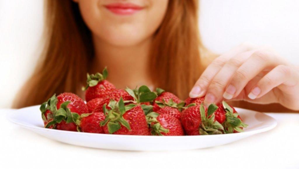 coger-fresas-plato