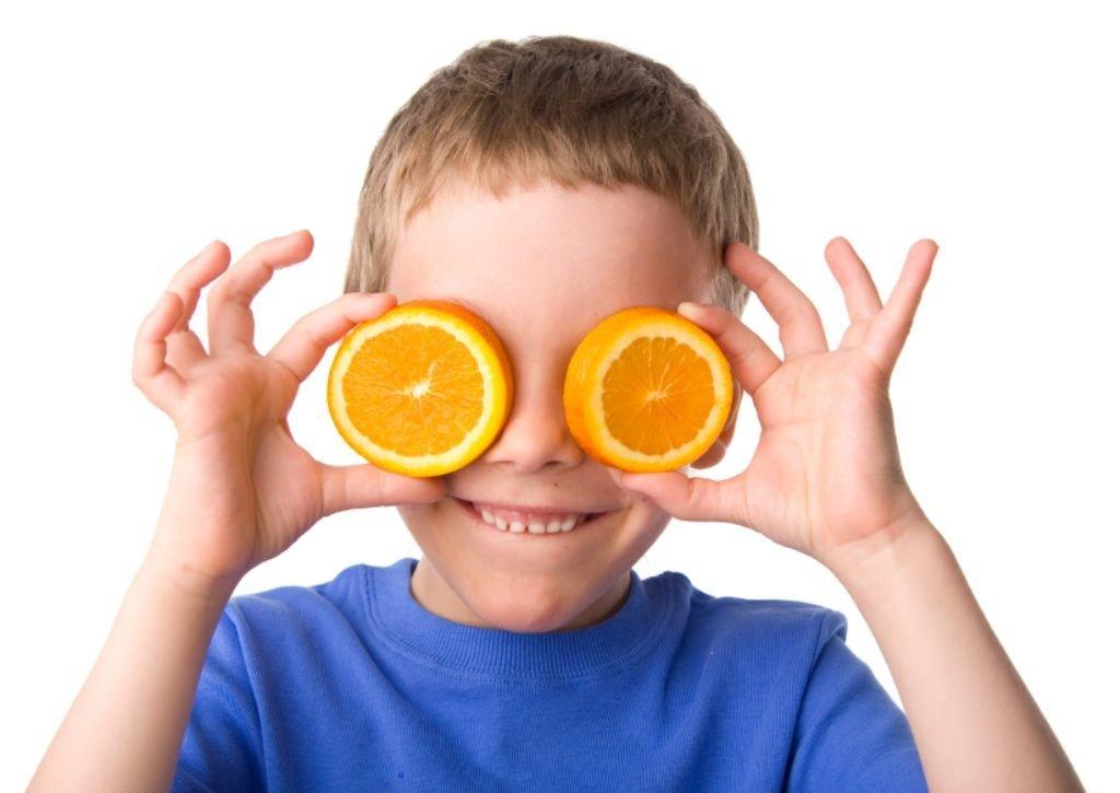 nino-ojos-naranjas