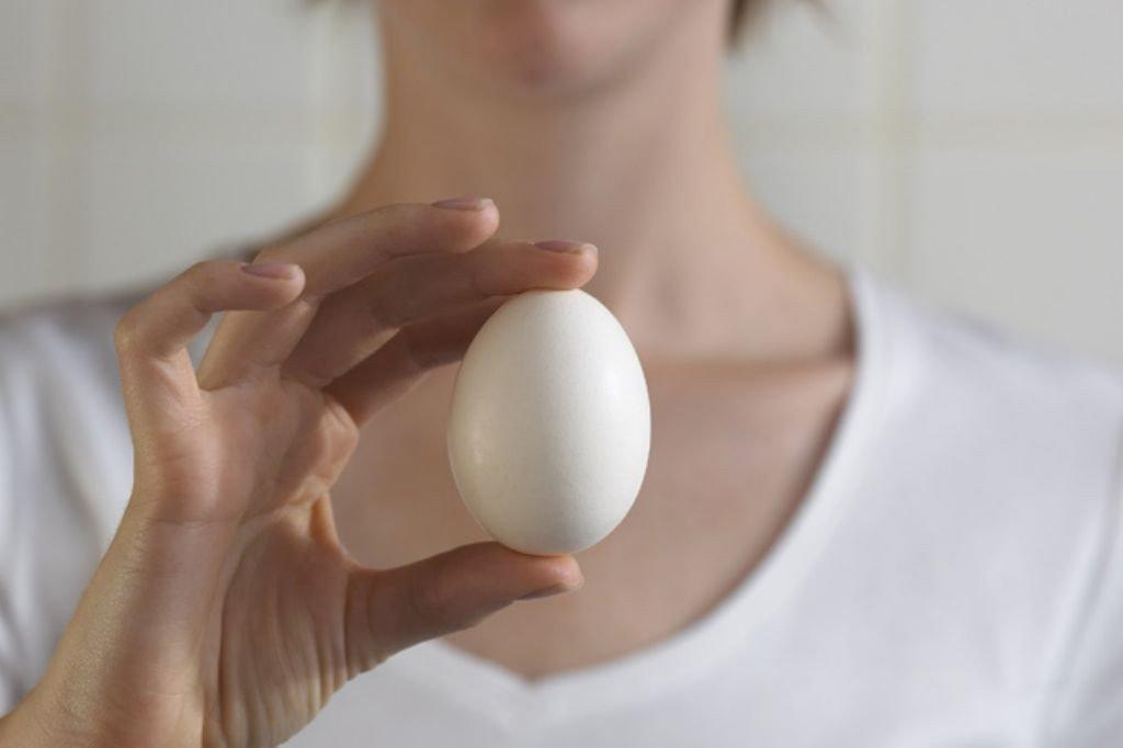 mujer-sujeta-huevo