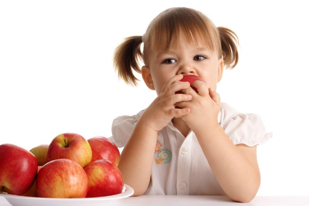 nina-come-manzanas