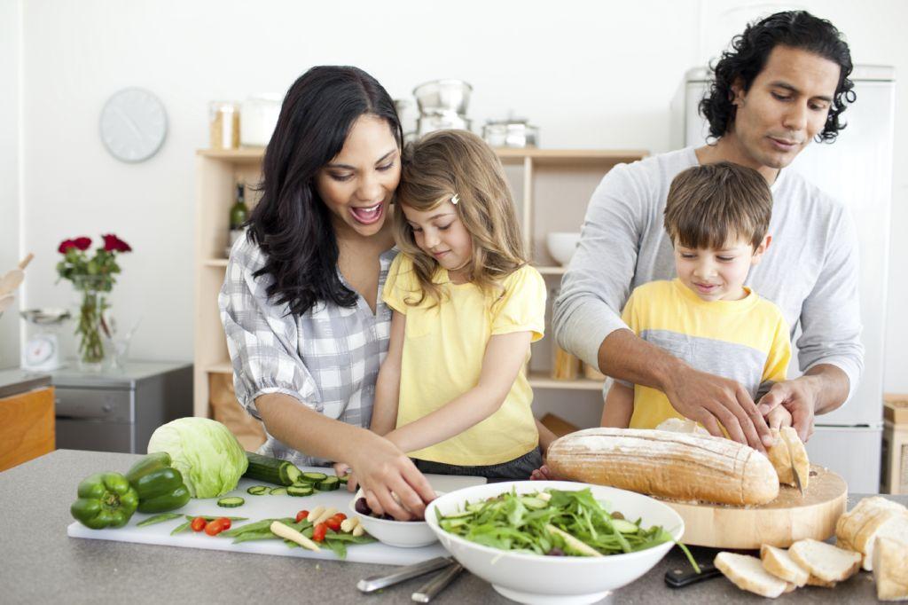 ninos-ayudan-padres