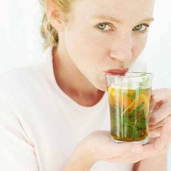 mujer taza te verde