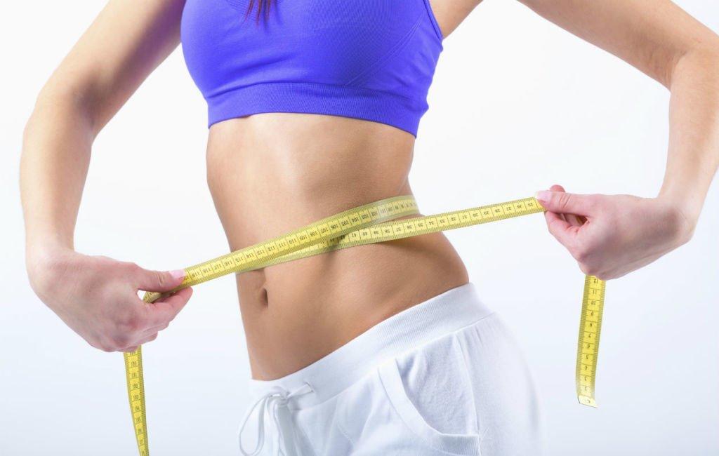 mujer midiendo cintura