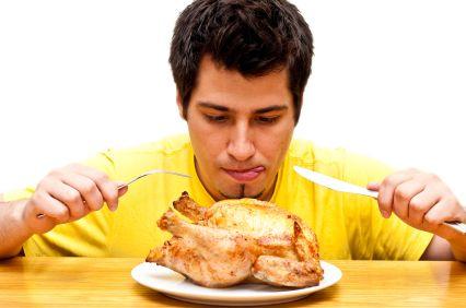 hombre comiendo pollo