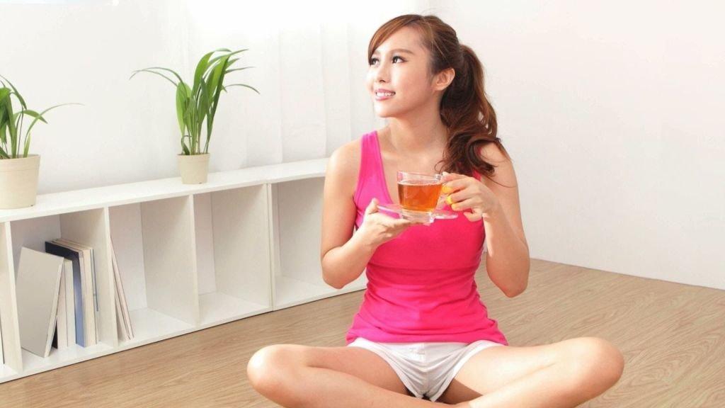 mujer bebiendo te
