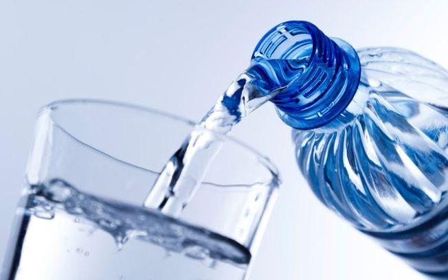 botella-agua-vaso