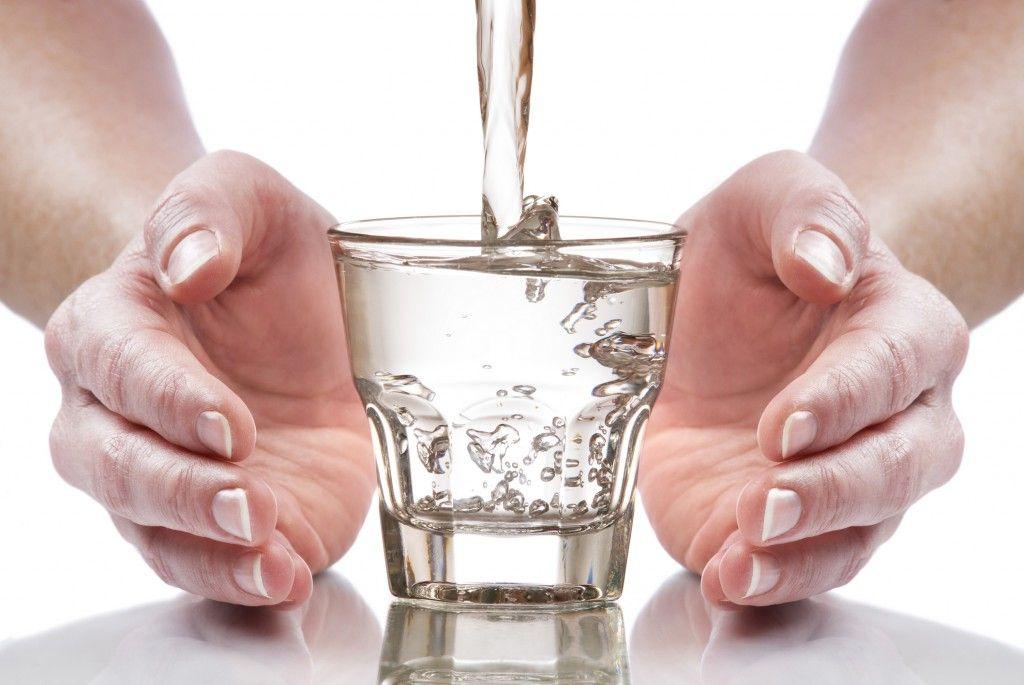 manos-alrededor-vaso