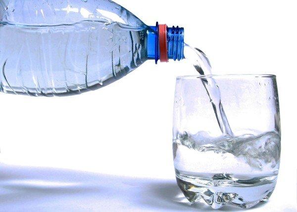 botella-y-vaso-de-agua
