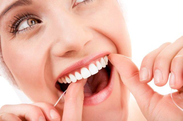 mujer-hilo-dental