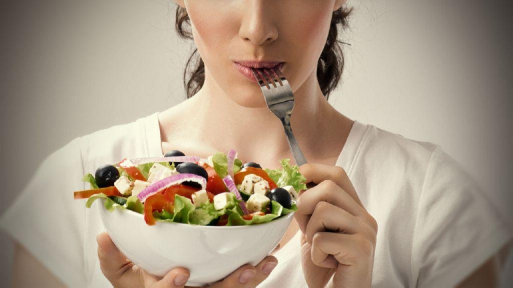chica-comiendo-ensalada(1)