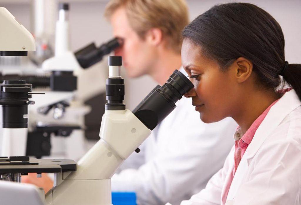 cientificos-con-microscopio(1)