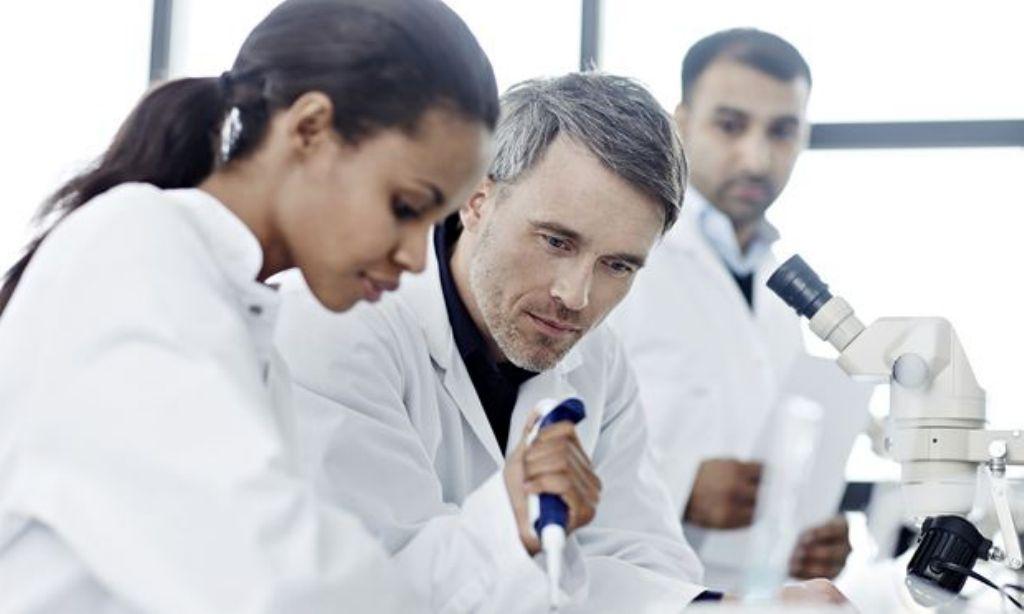 cientificos-en-laboratorio