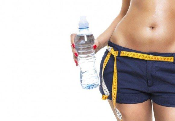 Tomar arta agua ayuda a bajar de peso