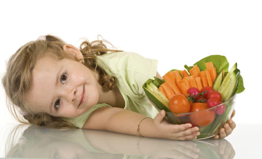 nina-con-verduras