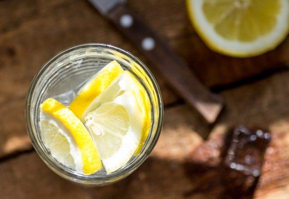 ¿Cuáles son los beneficios de tomar agua con limón?