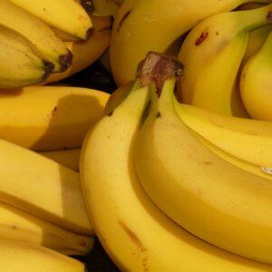 ¿Cuántas calorías y carbohidratos hay en una banana?